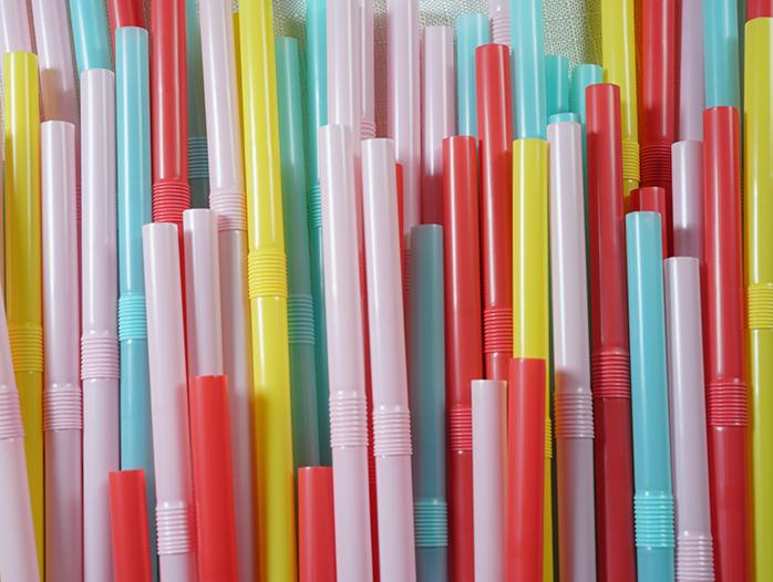 Plastsugrör i klara färger