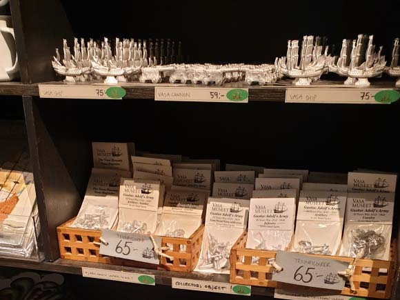 Butikshylla med souvenirer