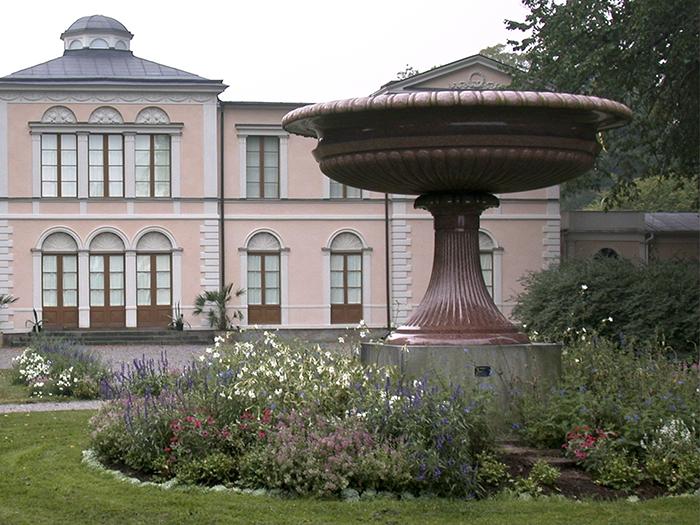 Blomsterrabatt med urna vid Rosendals slott
