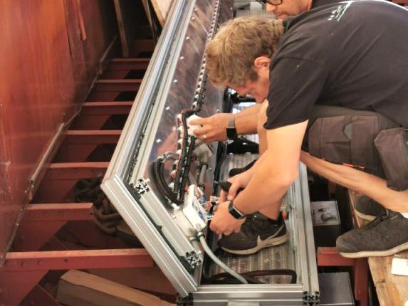 Hantverkare monterar batterier i båt