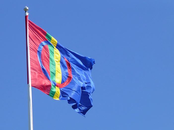 Samisk flagga som fladdrar i vinden