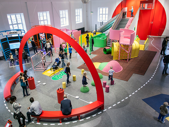 Lekande barn i utställning på Tekniska museet
