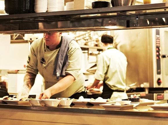 Kockar som arbetar i ett restaurangkök