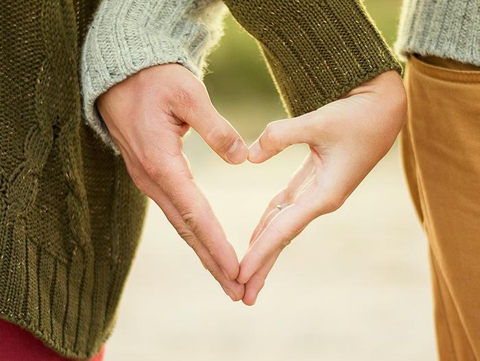 Två händer formar ett hjärta