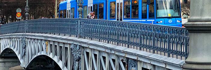 Spårvagn som kör över Djurgårdsbron