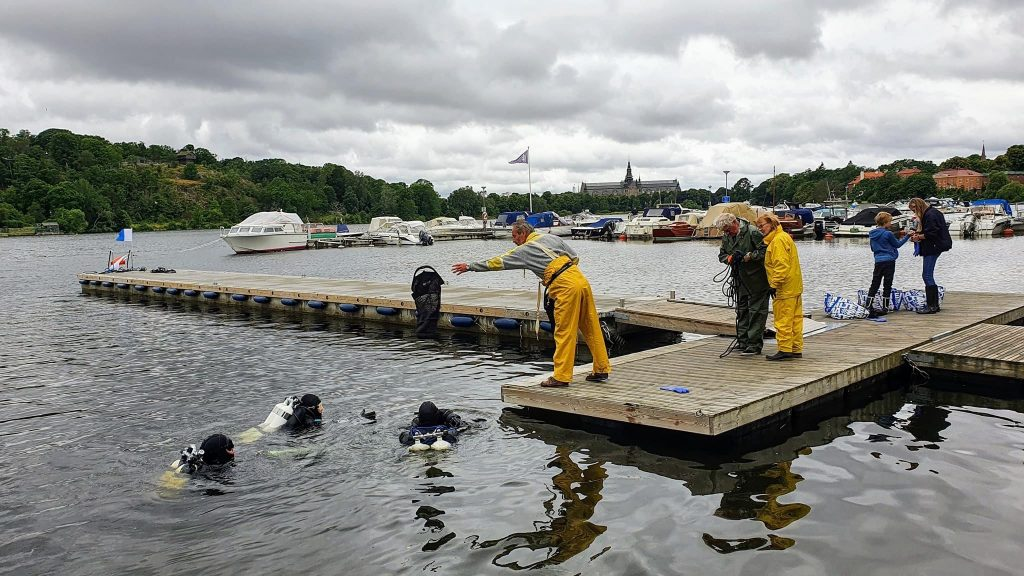 Ongoing diving for underwater clean-up at Djurgården.